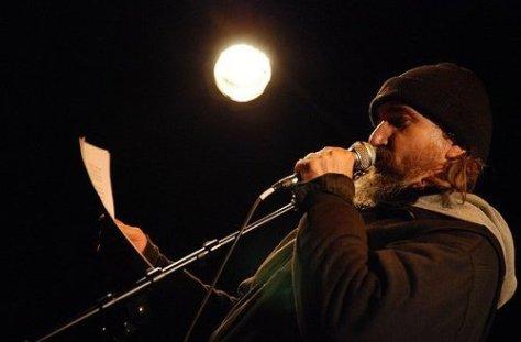 Le poète Yvon Jean lors d'une prestation publique.