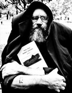 Le poète montréalais Yvon Jean tenant dans ses bras son recueil Noires Poésies (Teichtner, 2008).
