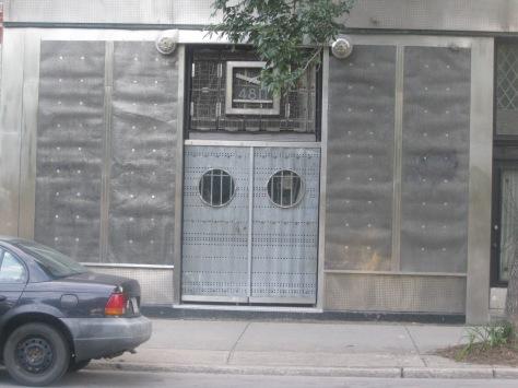 Le 4811, rue Notre-Dame Ouest. La façade semble tout droit sortie d'une bande dessinée d'Enki Bilal.
