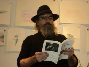 Le poète Yvon Jean à l'œuvre.