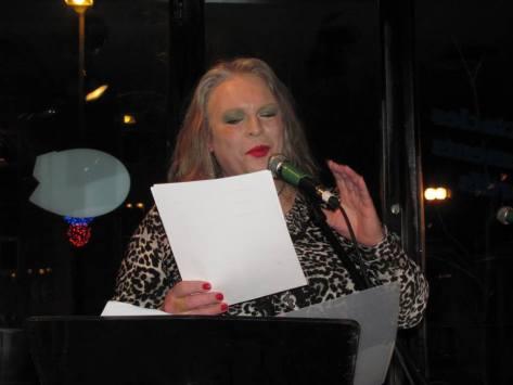 L'auteure Pascale Cormier en prestation lors de la soirée Micro libre du Chapeau noir, le 7 janvier 2014 au Bistro de Paris.